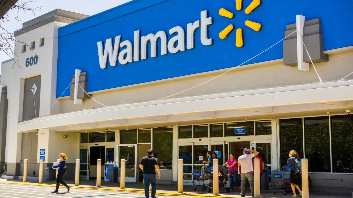 What do Walmart managers and hourly workers make?