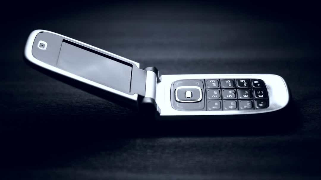 'Flip phone challenge' offers $1,000 to ditch smartphone for one week