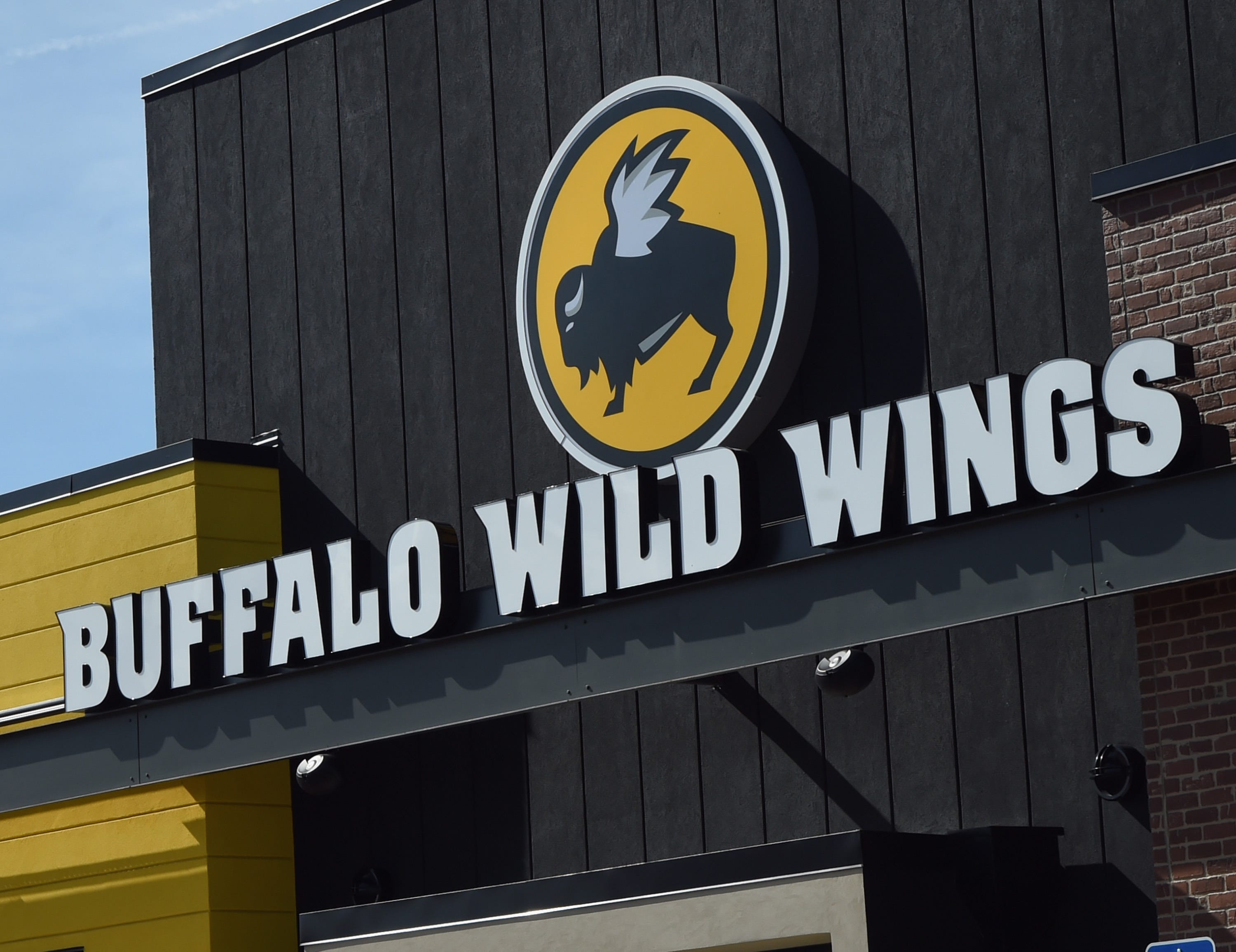Live rat fell from Los Angeles Buffalo Wild Wings ceiling