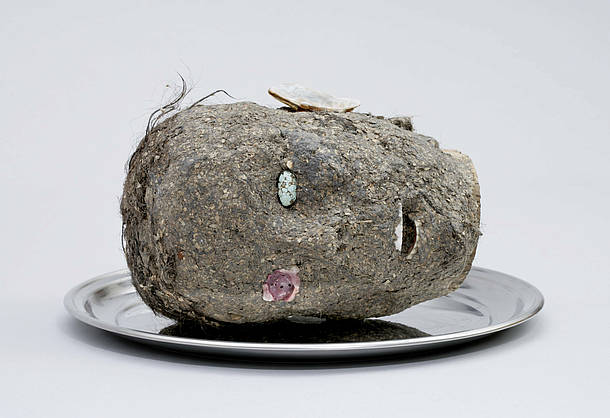 Jimmie Durham, Head, 2006 Wood, papier-mâché, hair, seashell, turquoise,metal tray. 10 × 16 × 16 in. (25 × 40 × 40 cm). Fondazione Morra Greco, Naples, Italy. Image courtesy of kurimanzutto, Mexico City