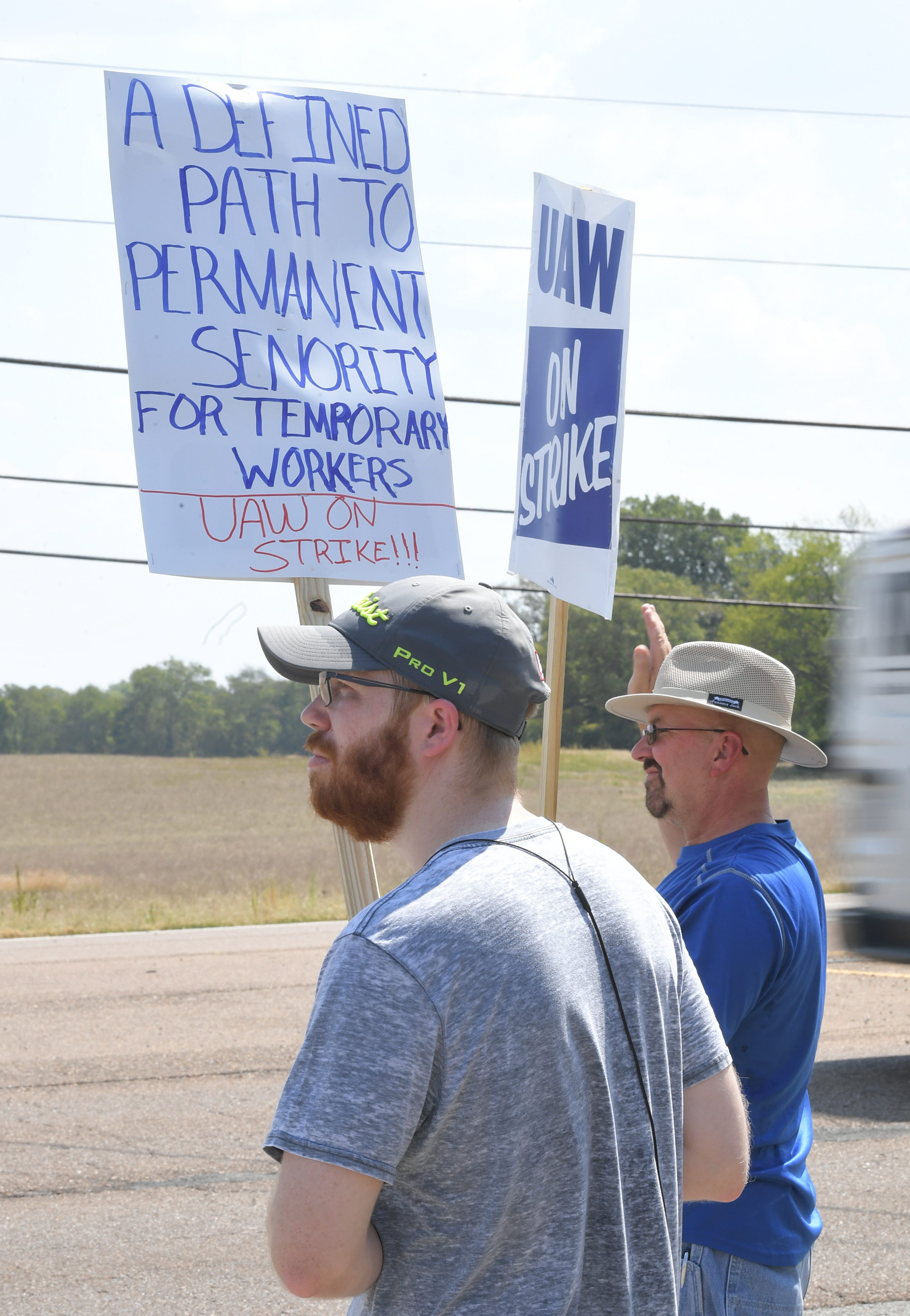 Automaker gets Tennessee court order against UAW picketers