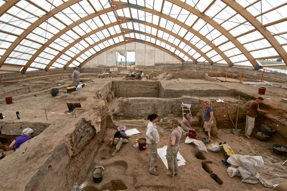 Archaeologists at Çatalhöyük in present-day Turkey. Image courtesy Çatalhöyük Research Project. Photo: Jason Quinlan.