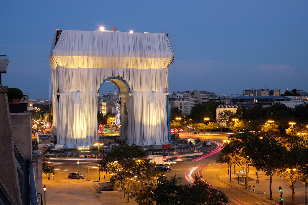 Ropes are being installed to secure and contour the fabric on the Arc de Triomphe Paris, September 14, 2021. Photo: Matthias Koddenberg. ©2021 Christo and Jeanne-Claude Foundation.